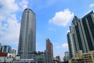タイ・バンコクのBTSトンロー駅周辺のビル群の写真素材 [FYI02958632]