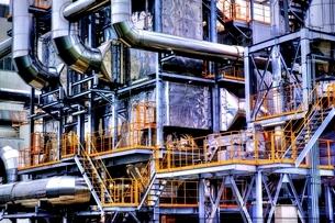 入り組んだ配管の工場の写真素材 [FYI02958635]