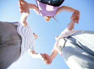 手をつなぐ若者たちの写真素材 [FYI02958659]