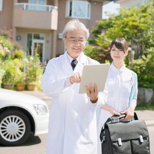 家の前に並ぶ医者と看護師(訪問医療)の写真素材 [FYI02958673]