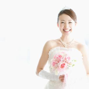 ブーケを持ち微笑む花嫁の写真素材 [FYI02958676]