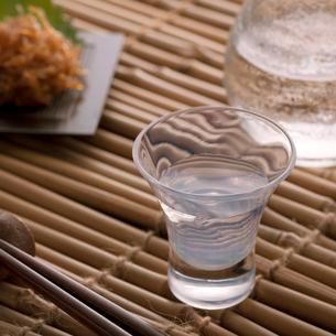 冷酒とおつまみの写真素材 [FYI02958686]