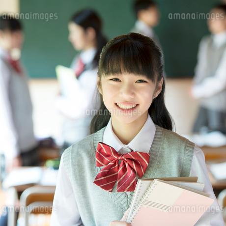 教室で微笑む中学生の写真素材 [FYI02958719]
