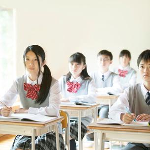 教室で授業を受ける中学生の写真素材 [FYI02958721]