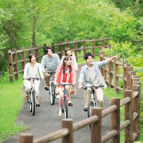 自転車に乗る大学生の写真素材 [FYI02958736]