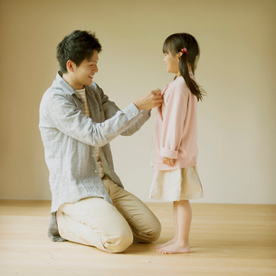 着替えをする親子の写真素材 [FYI02958739]