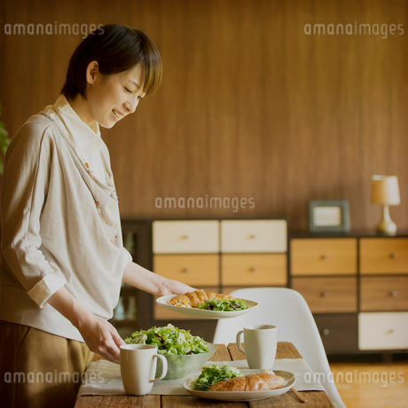 食事の準備をする女性の写真素材 [FYI02958743]