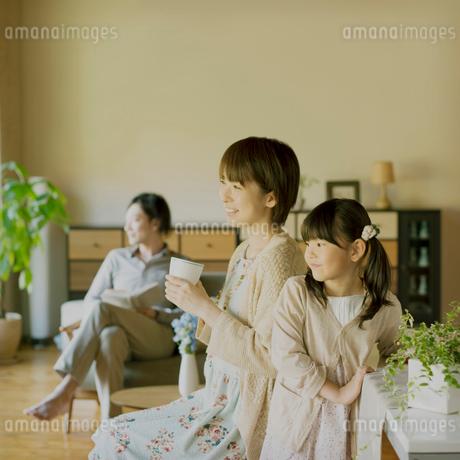 窓の外を眺める家族の写真素材 [FYI02958748]