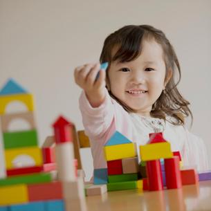 積み木で遊ぶ女の子の写真素材 [FYI02958755]