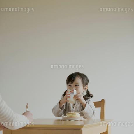 牛乳を飲む女の子の写真素材 [FYI02958758]