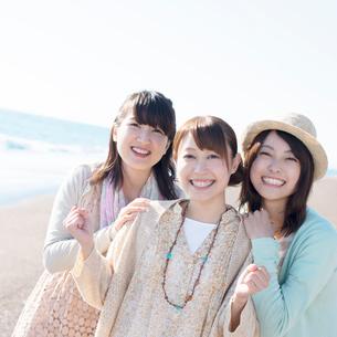 海で微笑む3人の女性の写真素材 [FYI02958771]