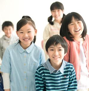 教室で微笑む小学生の写真素材 [FYI02958780]