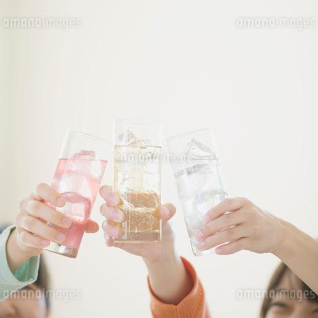 乾杯をする3人の女性の手元の写真素材 [FYI02958786]