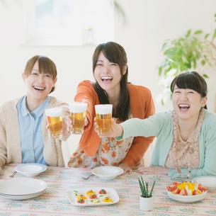 乾杯をする3人の女性の写真素材 [FYI02958787]