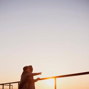 夕焼けを眺めるシニア夫婦の写真素材 [FYI02958799]