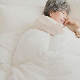 ベッドで眠るシニア女性の写真素材 [FYI02958807]