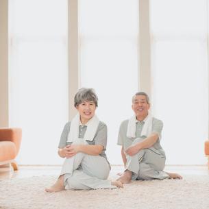 家で運動をするシニア夫婦の写真素材 [FYI02958808]