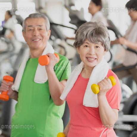 ジムで運動をするシニア夫婦の写真素材 [FYI02958817]