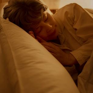 ベッドで眠るシニア女性の写真素材 [FYI02958819]