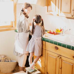 キッチンで料理をする親子の写真素材 [FYI02958821]