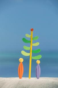 砂浜に立つ木と人のオブジェ クラフトの写真素材 [FYI02958880]