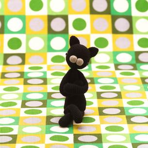 足を組んで座る黒猫 クラフトの写真素材 [FYI02958892]