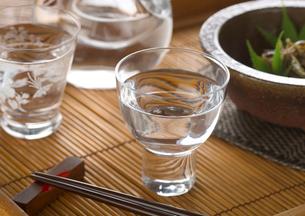 日本酒と佃煮の写真素材 [FYI02958930]