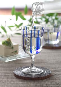グラスに注いだ冷酒と冷や奴の写真素材 [FYI02958934]