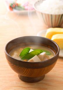 湯気の立つ豆腐のみそ汁の写真素材 [FYI02958978]