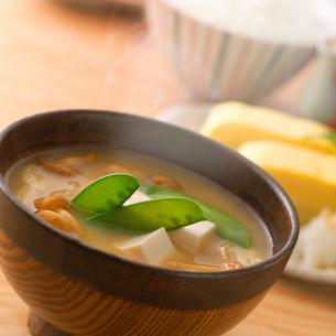 豆腐のみそ汁の湯気の写真素材 [FYI02958982]