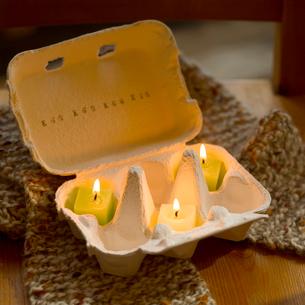 卵ケースに入ったローソクの写真素材 [FYI02959014]
