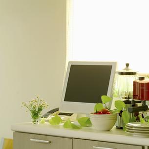 窓際のテレビとキッチン用品の写真素材 [FYI02959017]