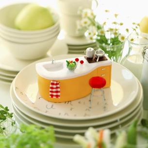 食器とミニチュワのキッチンの写真素材 [FYI02959021]