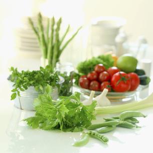 テーブルの上の野菜の写真素材 [FYI02959029]