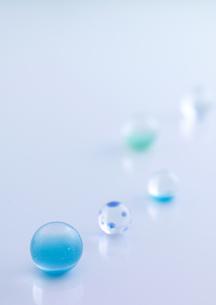 水色の複数のビー玉の写真素材 [FYI02959063]