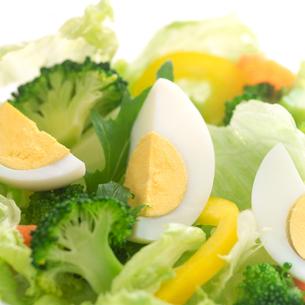 ゆで卵の入った野菜サラダの写真素材 [FYI02959121]