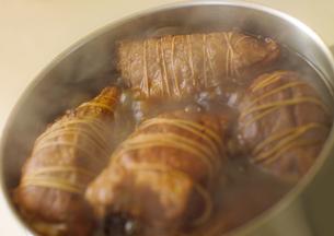 鍋で煮込むチャーシューの写真素材 [FYI02959125]