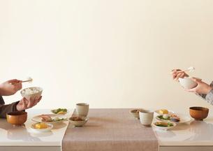 和食を食べる2人の手元の写真素材 [FYI02959140]