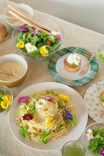 花を飾った料理の並ぶパーティーのテーブルの写真素材 [FYI02959156]