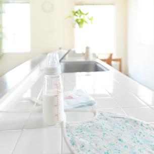 キッチンの上にあるベビー用品の写真素材 [FYI02959165]