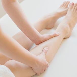 足のマッサージを受ける女性の足元の写真素材 [FYI02959176]