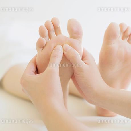 足裏マッサージを受ける女性の足元の写真素材 [FYI02959177]