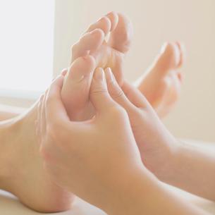 足裏マッサージを受ける女性の足元の写真素材 [FYI02959178]