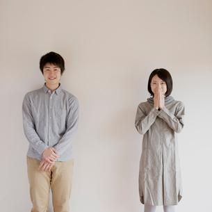 微笑むカップルのポートレートの写真素材 [FYI02959179]