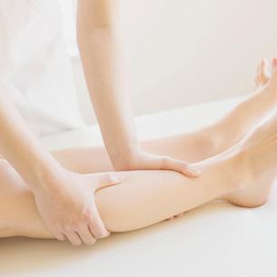 足のマッサージを受ける女性の足元の写真素材 [FYI02959180]