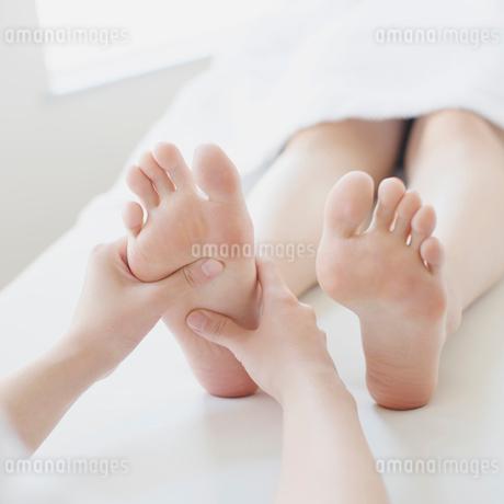 足裏マッサージを受ける女性の足元の写真素材 [FYI02959188]