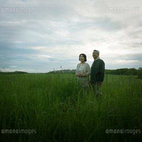 草原に立つシニア夫婦の写真素材 [FYI02959193]