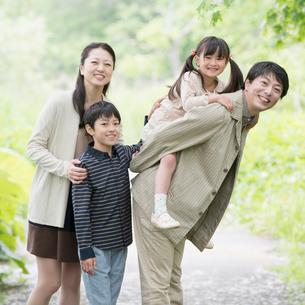 公園で微笑む家族の写真素材 [FYI02959205]