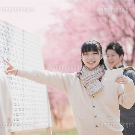 合格発表のボードを見て喜ぶ女子中学生の写真素材 [FYI02959212]
