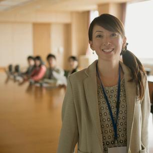 会議室で微笑むビジネスウーマンの写真素材 [FYI02959216]